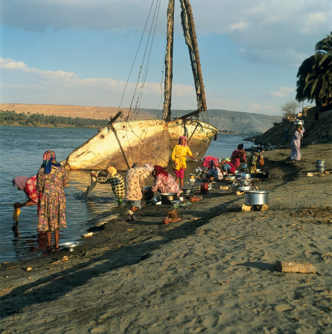 El-Alarna, Egypt: washing pots and pans in the Nile